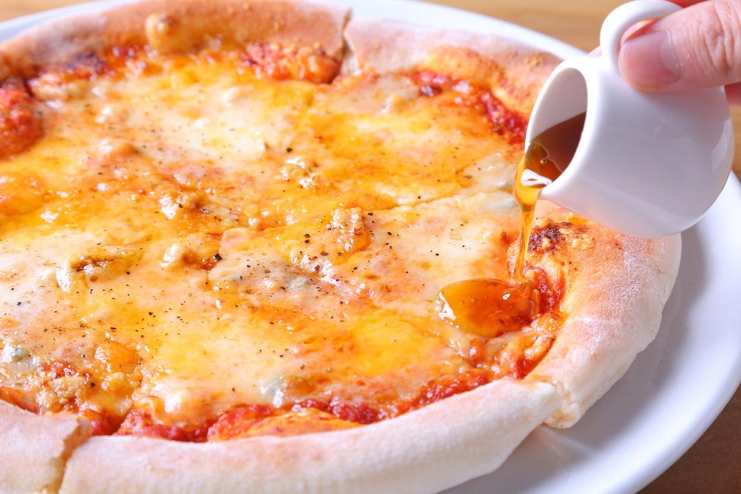 チーズ好きにはたまらない!チェダー・モッツァレラ・ゴルゴンゾーラ・グラナパウダーの4種のチーズで仕上げました。ハチミツとの相性も◎