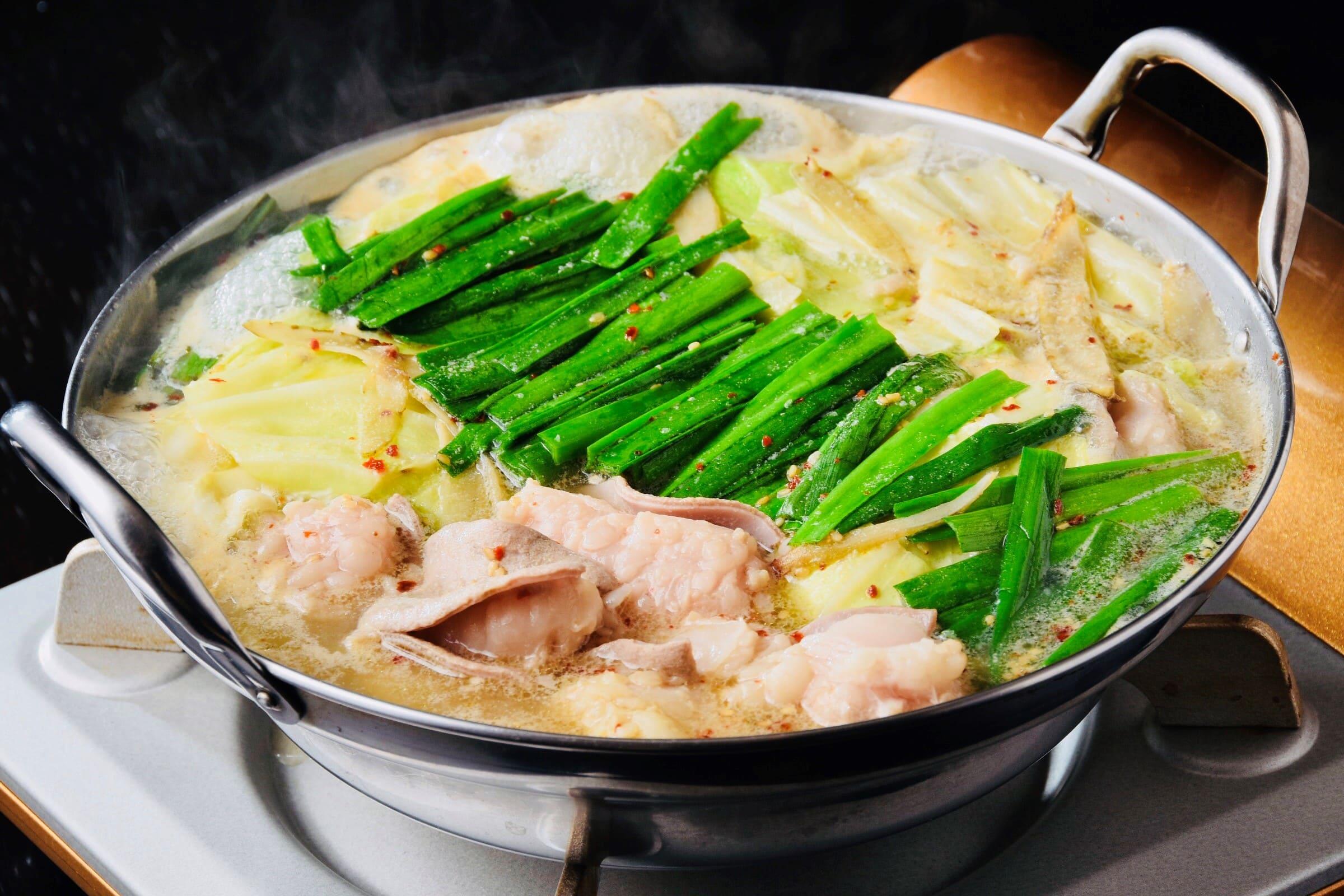 店舗で1番人気の『もつ鍋』プルプルのモツを是非。材料:国産牛もつ・キャベツ・にら・ごぼう・胡麻・唐辛子(2~3人前)。※お客様の自宅で水を720ml入れて調理していただく必要があります。