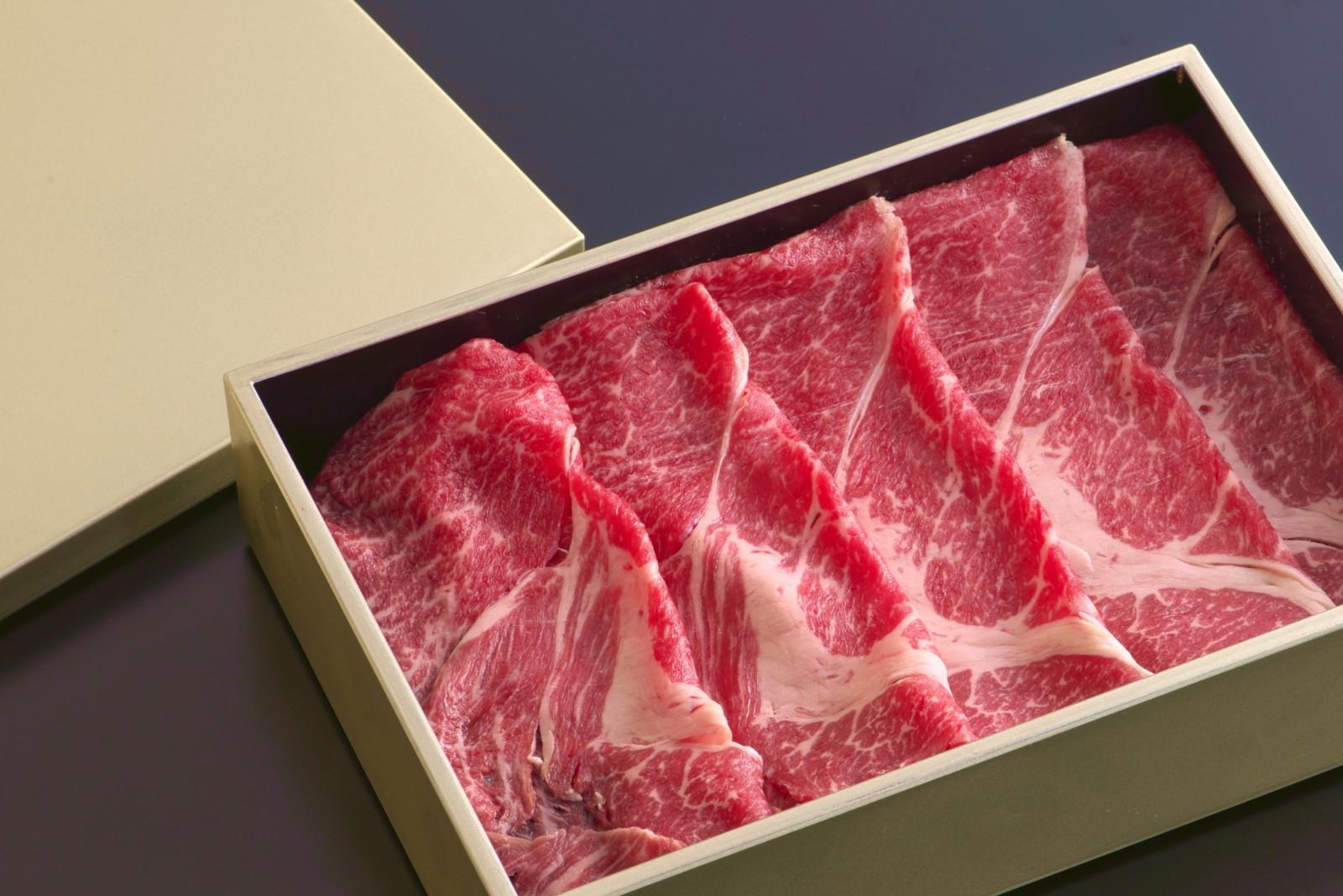 日本三大和牛の1つ「近江牛」柔らかくとろける肉を「出汁しゃぶ」でご堪能くださいませ。セット内容【近江牛赤身240g、特製つけ出汁、ぽん酢、うどん、柚子胡椒、刻みねぎ、季節の野菜セット】写真はイメージ