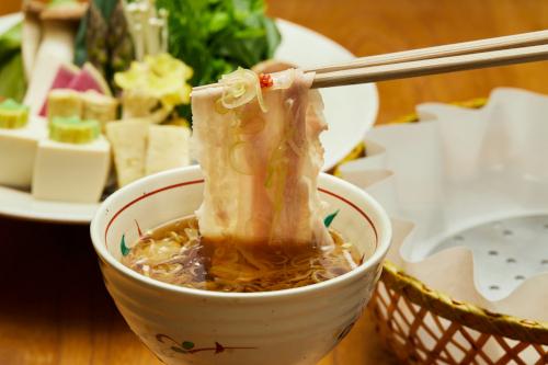 鹿児島県産、温泉水を飲んで育った甘い「美湯豚」で名物「出汁しゃぶ」をお楽しみくださいませ。セット内容【美湯豚240g、特製つけ出汁、うどん、柚子胡椒、刻みねぎ、季節の野菜セット】