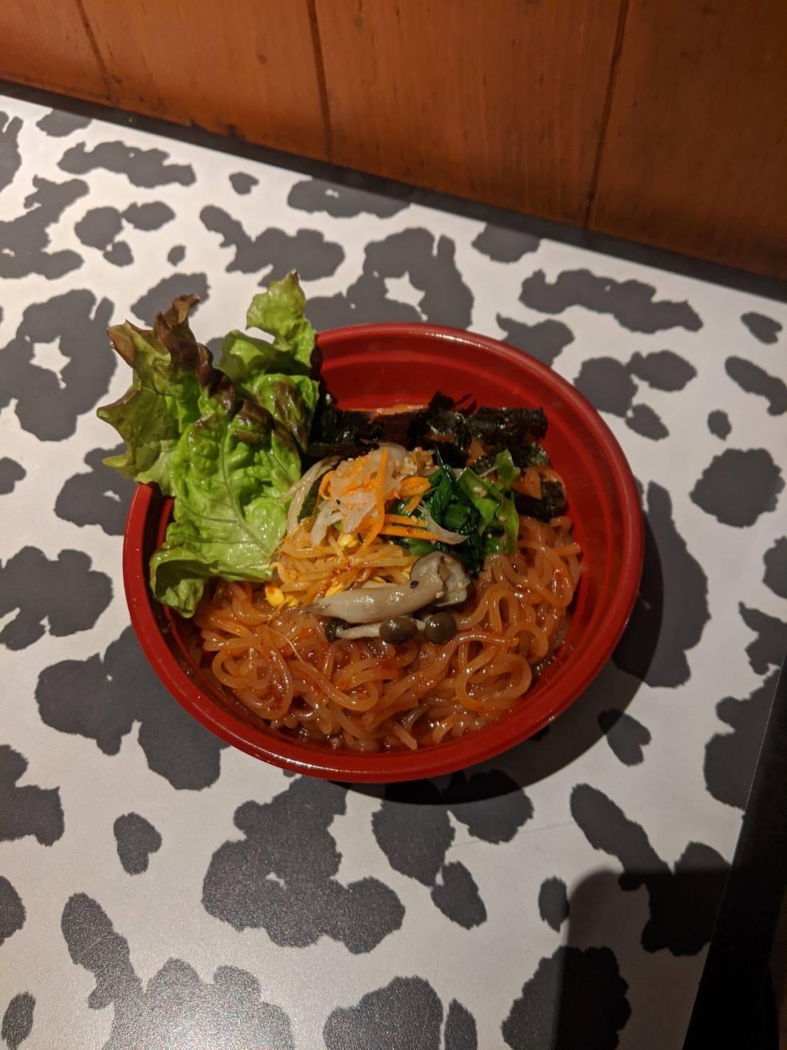 モチモチムチムチの麺に辛うまコチュジャンソースが絡みあった汁なし冷麺です!来店からの調理で少しだけお時間頂きます!