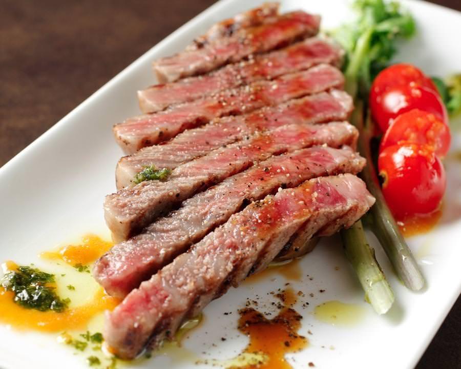 三陸の絶品牛ステーキをシンプルに!赤身と脂のバランスが絶妙です♪