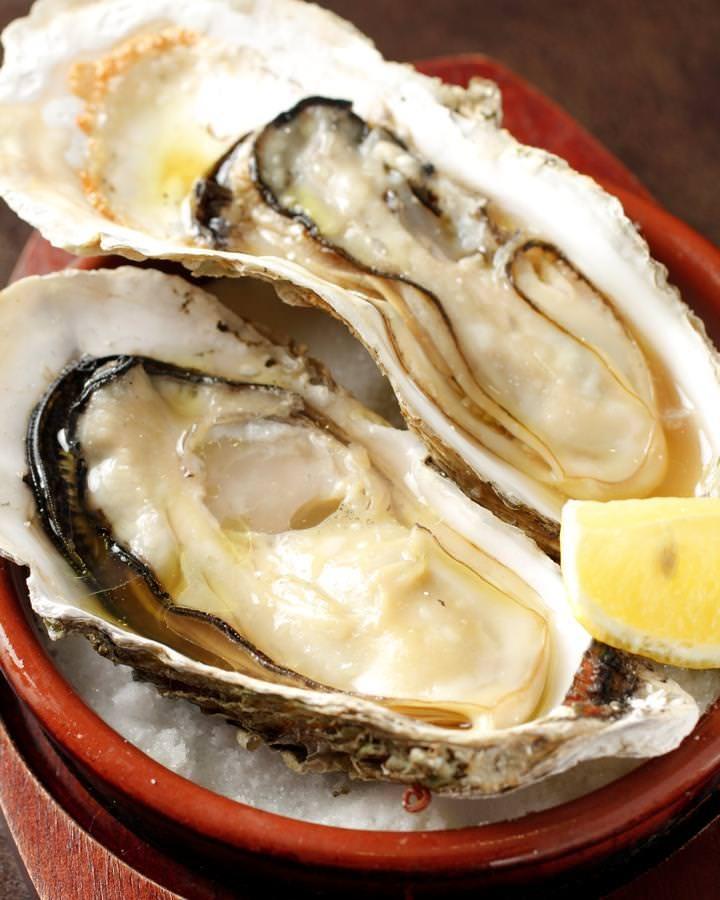 三陸直送牡蠣を岩手県産のわかさぎ魚醤で焼いた、コクのある焼き牡蠣です。