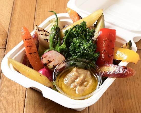 豊富な種類の新鮮なお野菜をグリルに。 阿蘇味噌を使った特製バーニャカウダソースでお召し上がり下さい◎