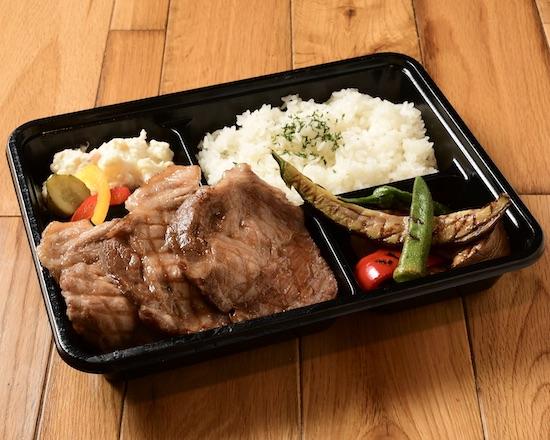 日本人の大好きな生姜焼き弁当◎ 使用する豚は阿蘇の草原に咲く熊本花「りんどう」を名乗る、熊本県の代表的な銘柄豚、きめ細やかな肉質と脂の甘さが特徴です!
