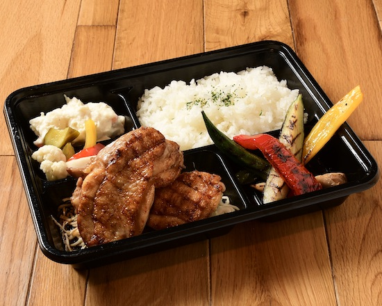 阿蘇の大自然の天然ミネラルの水と空気の中で伸び伸びと飼育され、 お肉の香り、柔らかさが特徴の大阿蘇鶏を使った贅沢なお弁当です◎