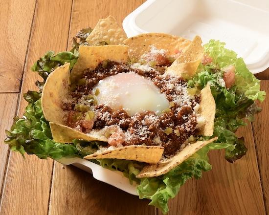 赤身が旨い熊本阿蘇あか牛を使ったスパイシーなタコライス。 温玉、サラダ、本格的なメキシカンソースとともにお召し上がりください。