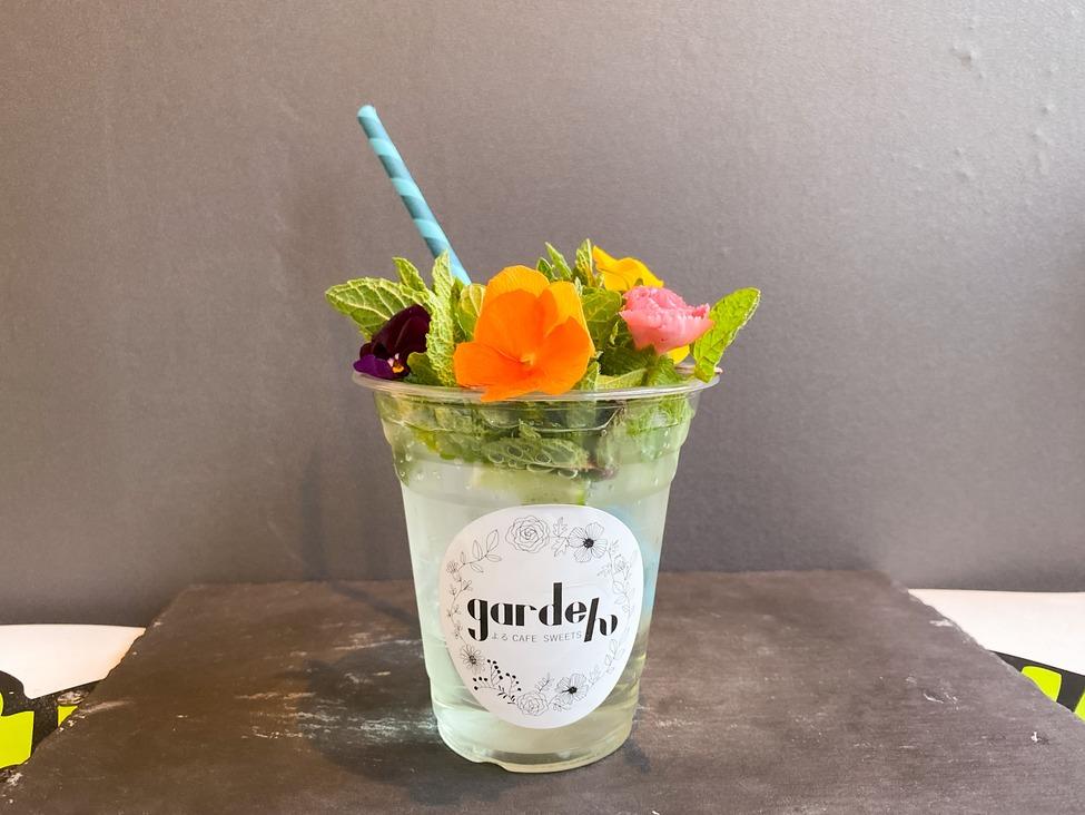 人気のカクテル、モヒートに食べられるお花をトッピングしたgardeんオリジナルモヒートです。 カップにライムもソーダジュース入れていますので、別添えのラムを入れ、よくかき混ぜてからお召し上がり下さい。