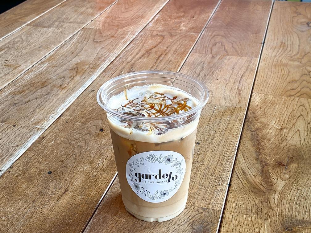 カフェラテベースにキャラメルシロップとキャラメルソースを加えたアレンジコーヒーです。