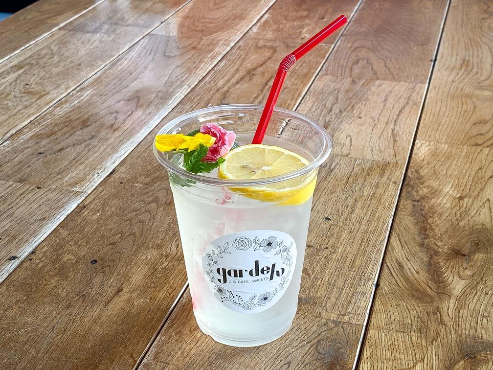 温暖な瀬戸内の気候で日光をたっぷり浴びて育ったこだわりの国産レモンを使用。上には食べられるお花「エディブルフラワー」を浮かべており、華やかな見た目となっております。