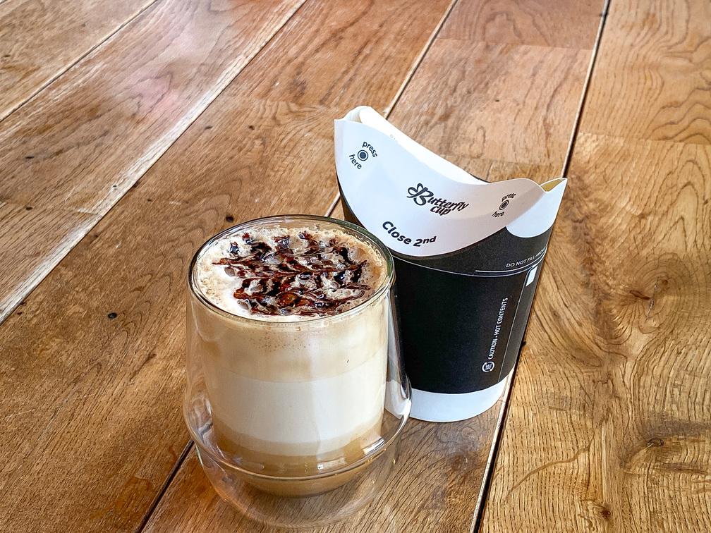 カフェラテベースにチョコレートシロップとチョコレートソースを加えたアレンジコーヒーです。