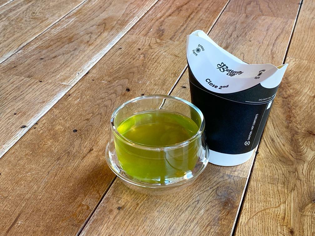 さぬき市大川町の険しい山間部にて自然農法(農薬・肥料不使用)で栽培、丁寧な手摘みと日本茶製法で仕上げられた桑の葉茶はほんのり甘く色鮮やか。桑のまろやかな甘さと優しい香りをお楽しみ頂けます。