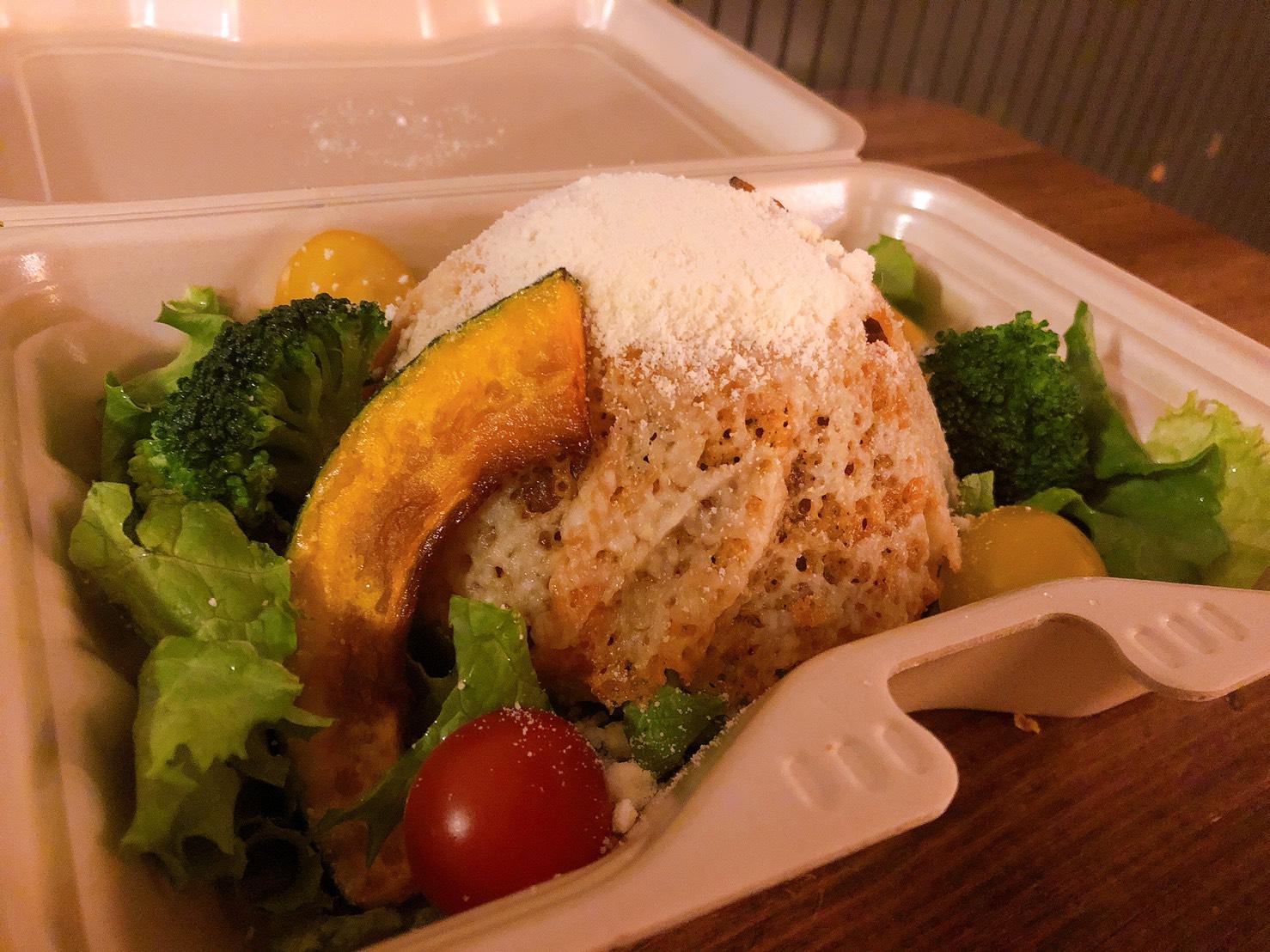 キーマカレーの上にチーズに包まれたライス、付け合わせの野菜、お好きな組み合わせでお召し上がりください
