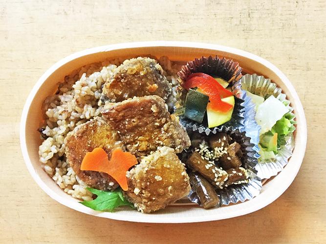 """玄米と小豆と塩を一緒に炊いて3日程保温状態で発酵させた美容と健康に良いとされる""""もちもちな寝かせ玄米-酵素玄米-(160g)と四菜弁当(主菜と副菜3種)"""""""