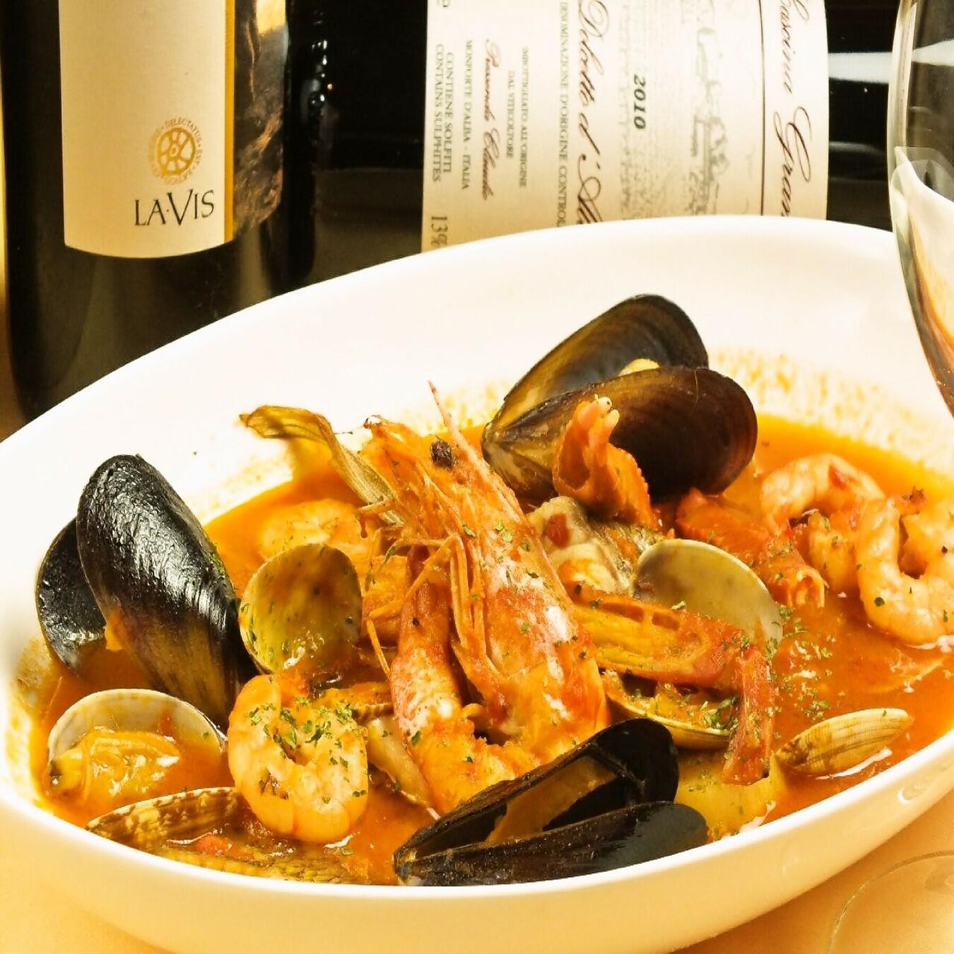 人気メニュー!海老、ムール貝、あさり、白身魚など旬の魚介を使ったスープが絶品のブイヤベース
