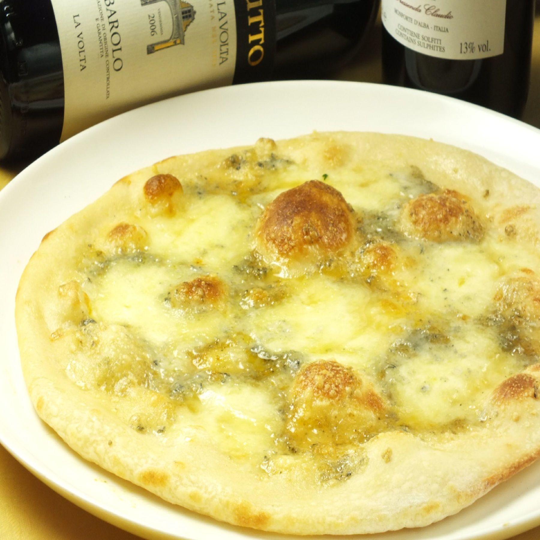 3種類の濃厚チーズとハチミツの相性が抜群のピッツァ