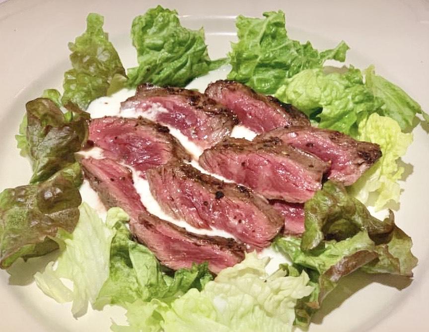 人気メニュー!肉の旨味が凝縮された牛ハラミ肉にゴルゴンゾーラチーズのソースが相性抜群