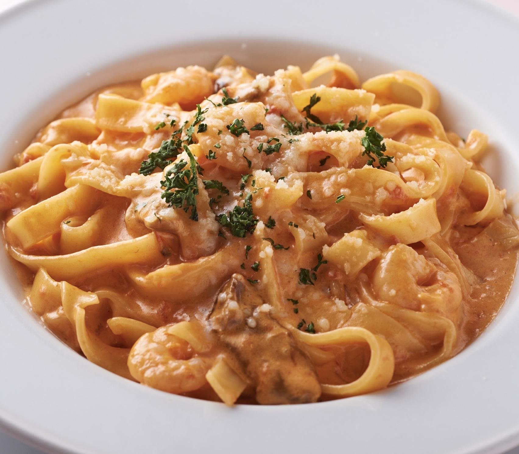 海老と芳醇な香りのポルチーニ茸が濃厚なトマトクリームソースに平打ちのフェットチーネがピッタリな人気パスタ