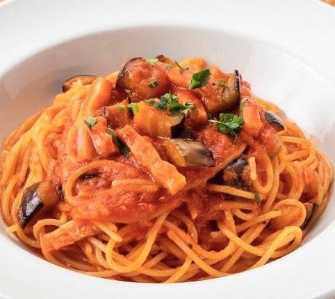 茄子とベーコンがトマトソースと相性抜群、しんぷるだからこそトマトの味を楽しめるパスタ