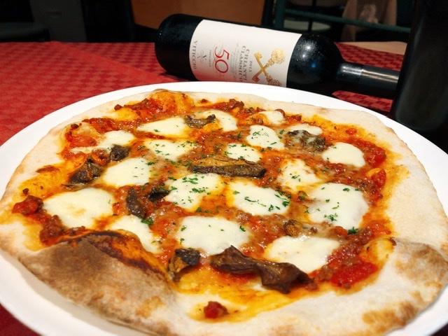 じっくり煮込んだ牛挽肉のミートソースとモッツァレラチーズのピッツァ