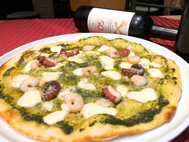 フレッシュバジルの風味豊かなジェノベーゼソースに海老、タコ、モッツァレラチーズのピッツァ