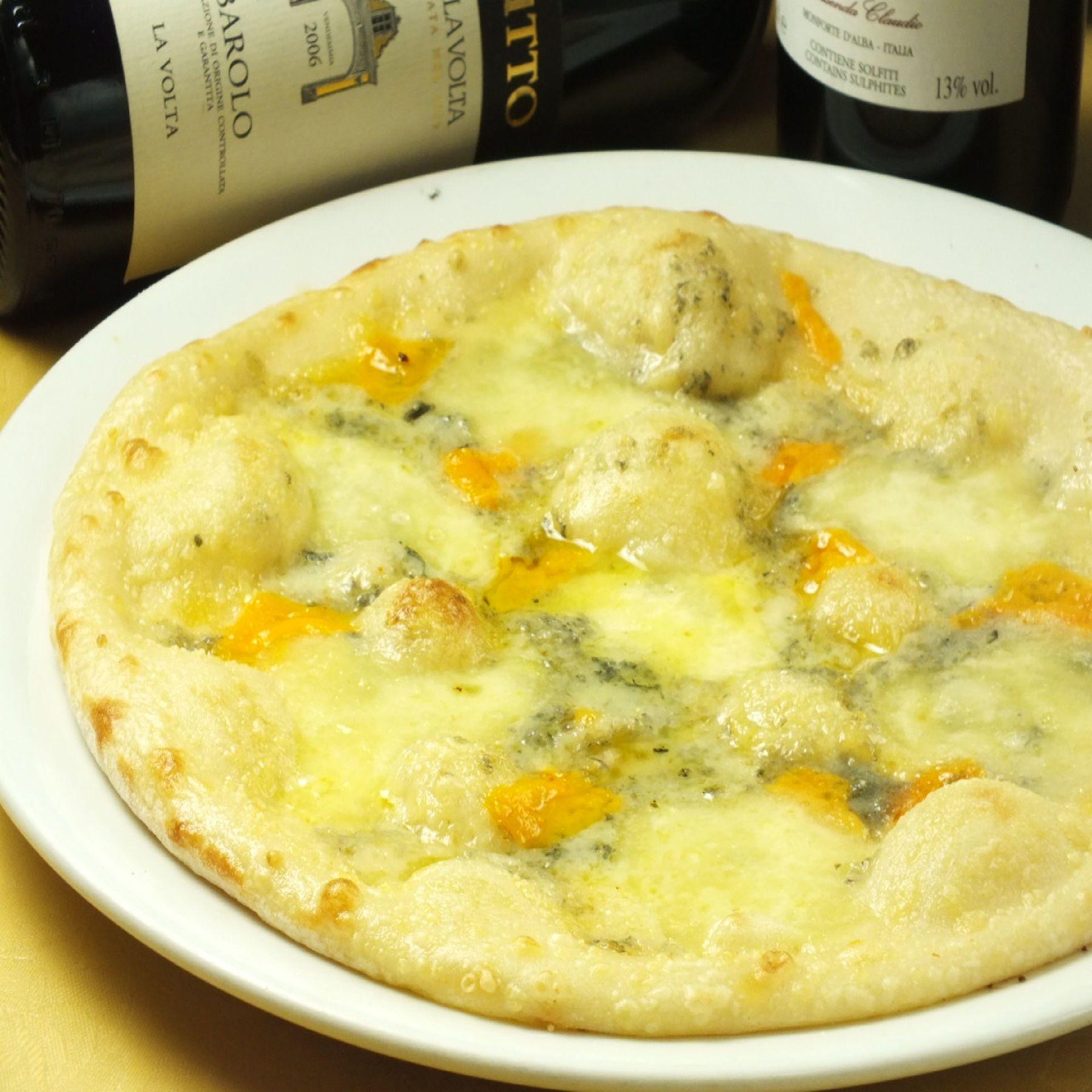 4種類の濃厚チーズをのせたチーズ好きにおすすめのピッツァ