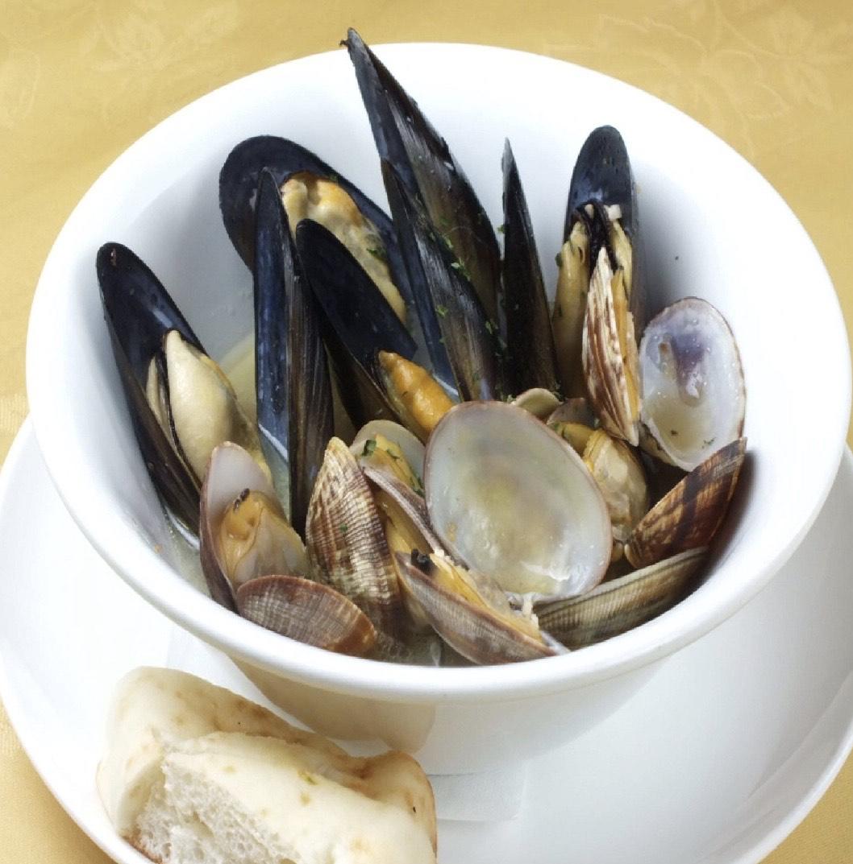 アサリとムール貝を白ワインと黒コショウで風味づけした定番前菜