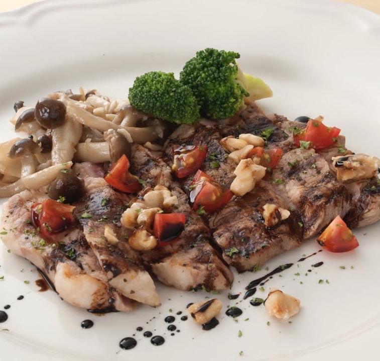人気メニュー!スペイン産イベリコ豚の最高等級ベジョータを使用したお肉料理。上質なイベリコ豚の旨味が酸味のあるナッツバルサミコソースと相性抜群!
