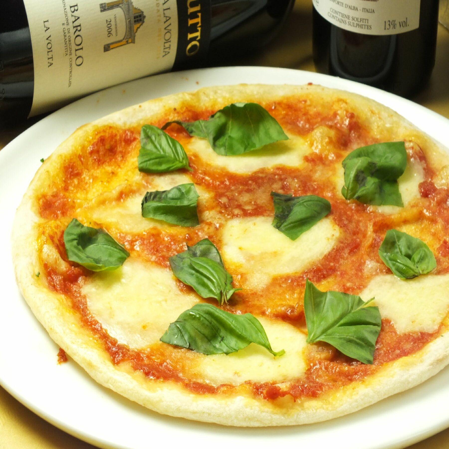 ナポリを代表するピッツァの王様!モッツァレラチーズとトマトの酸味とバジル香りが相性抜群