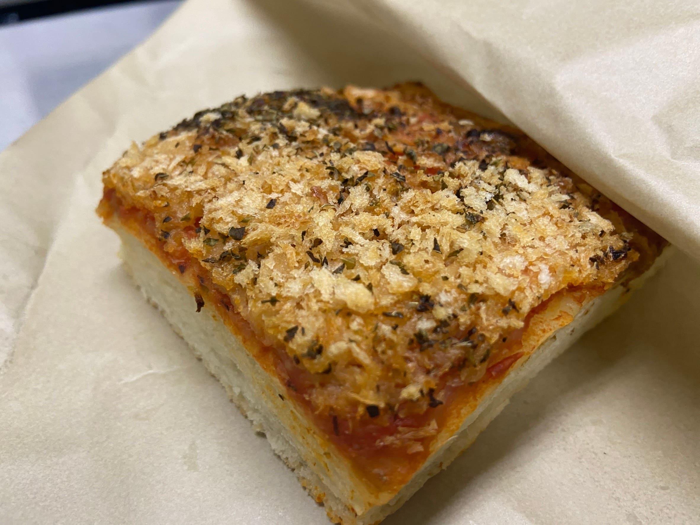 ふかふかのパン生地にたっぷりのトマトソースとアンチョビ、チーズ、パン粉、オレガノをふりかけてカリカリに焼き上げました。