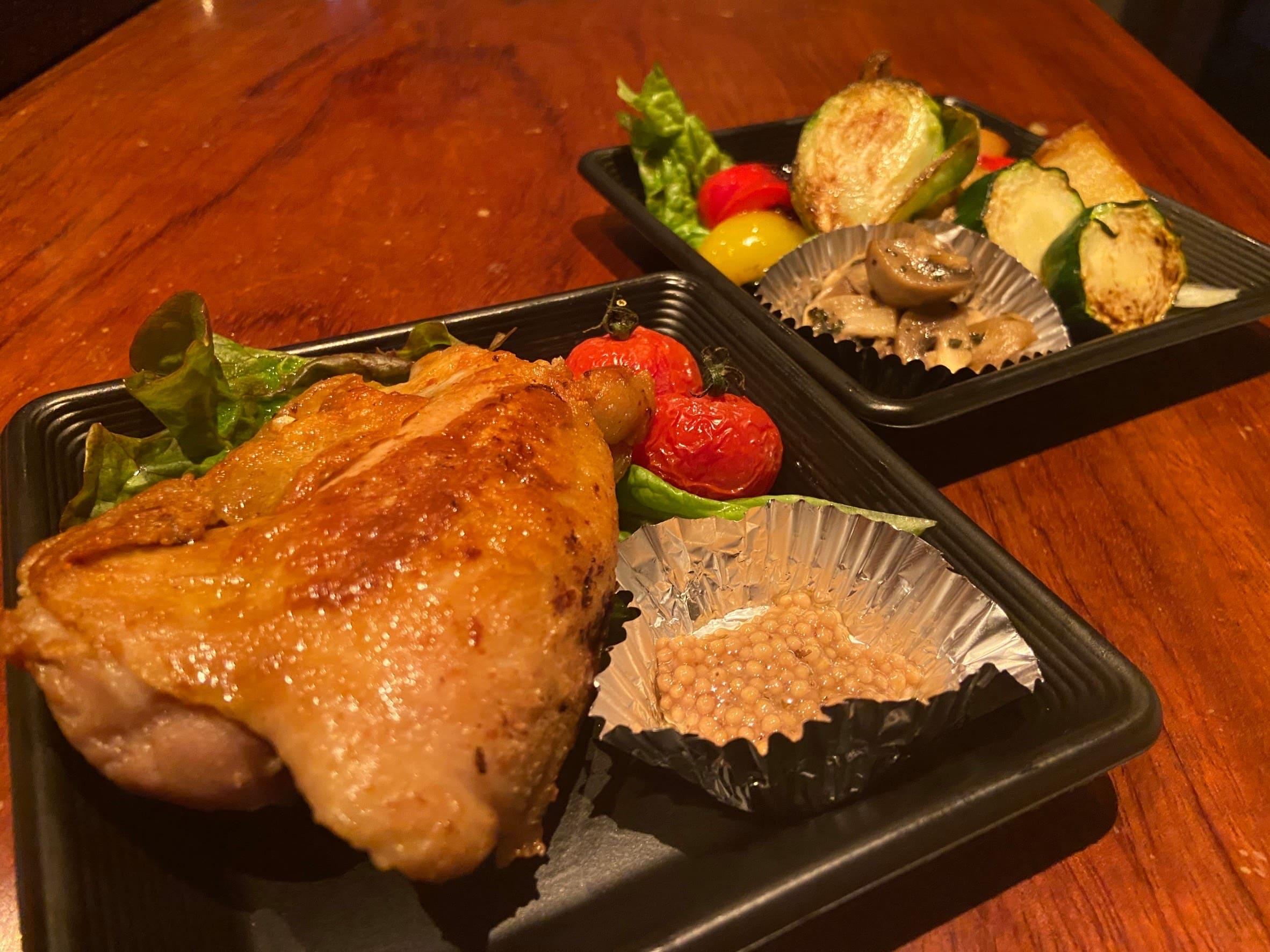 備中高原鶏もも肉をラード油の中でじっくり煮込み、表面を香ばしく焼あげしっとり柔らかく仕上げました。タスマニア産マスタードと一緒にお召し上がり下さい。
