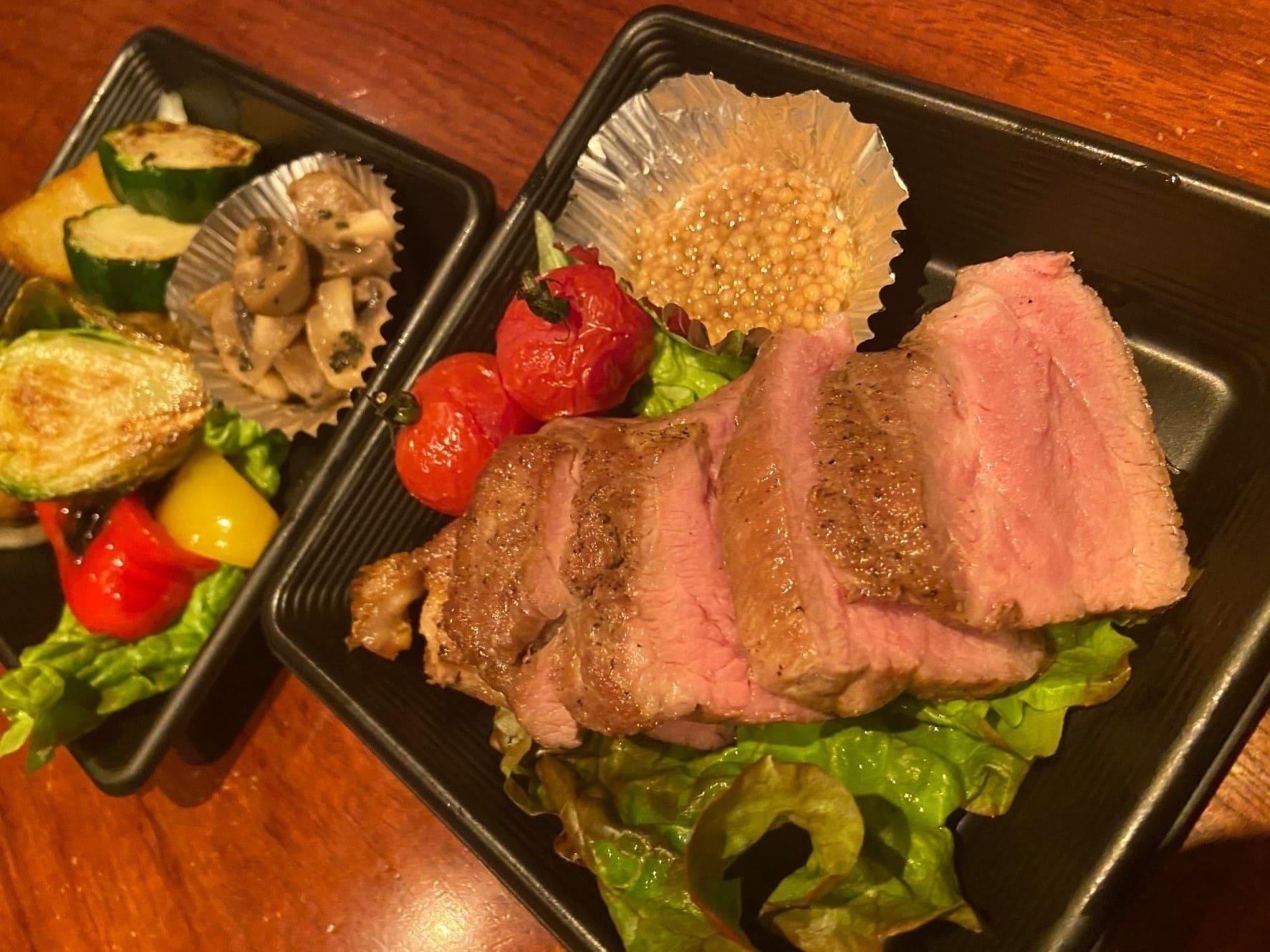 鹿児島産もち豚の赤身と脂身のバランスの良い肩ロース肉をオーヴンでじっくり香ばしく焼きあげました。柔らかい口当たりのもち豚をタスマニアマスタードと一緒にお召し上がり下さい。