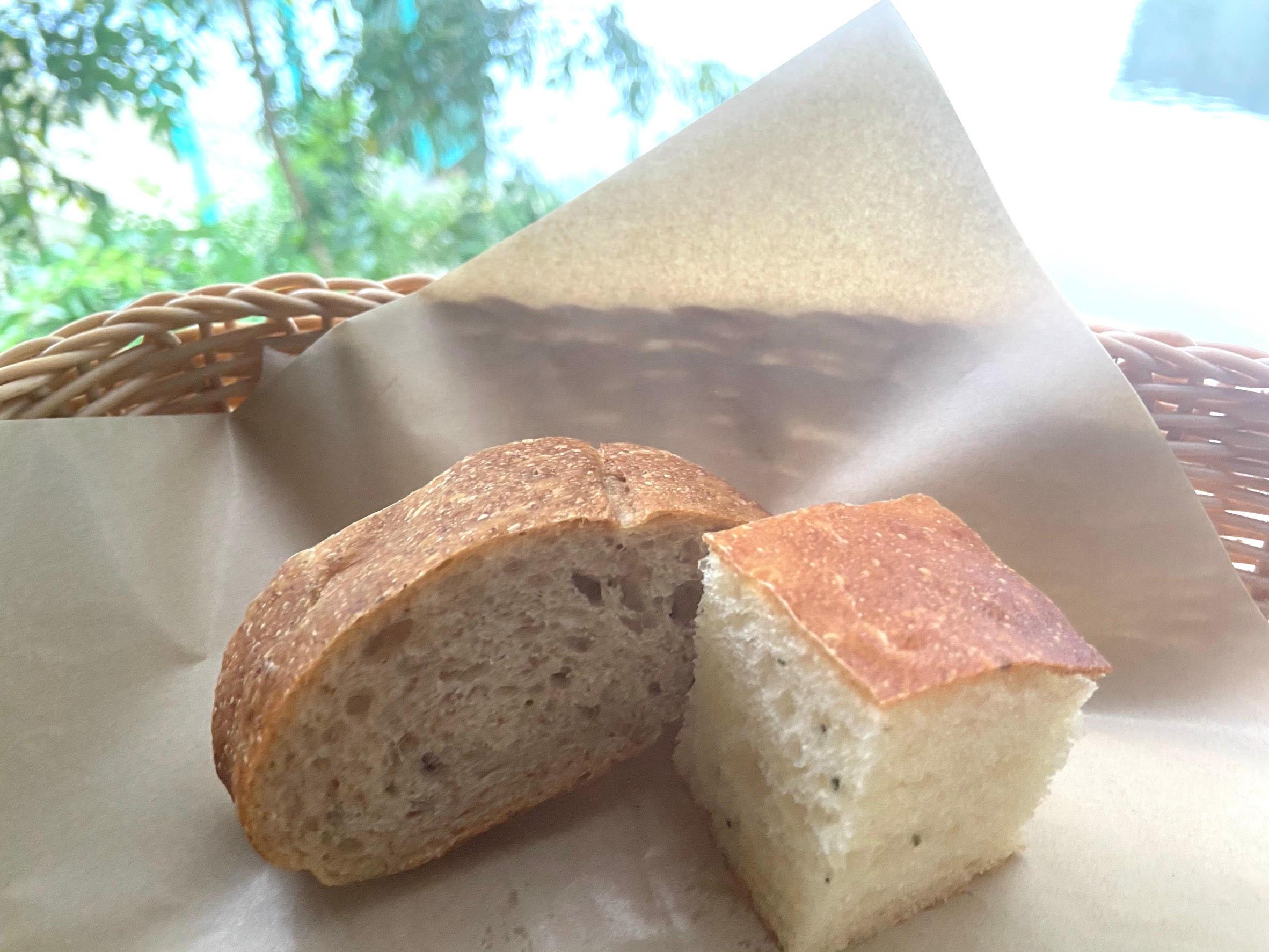 ローズマリーの爽やかな香りとふわふわの弾力のあるフォカッチャと6種類の穀物を使用した香ばしい風味のイタリアのパンです。