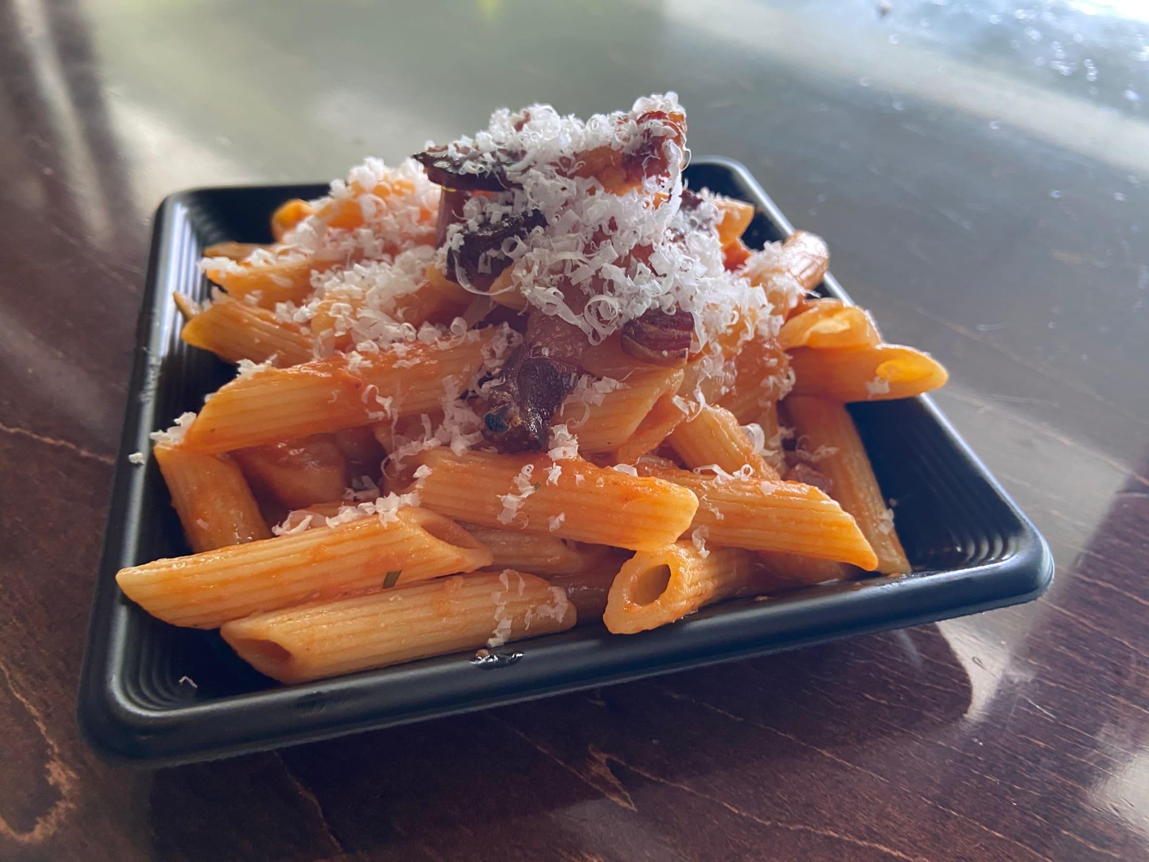 パンチェッタの旨味と淡路島産たまねぎの甘味、トマトソースの酸味を含んだバランスの良いソースをショートパスタ ペンネで絡めました。