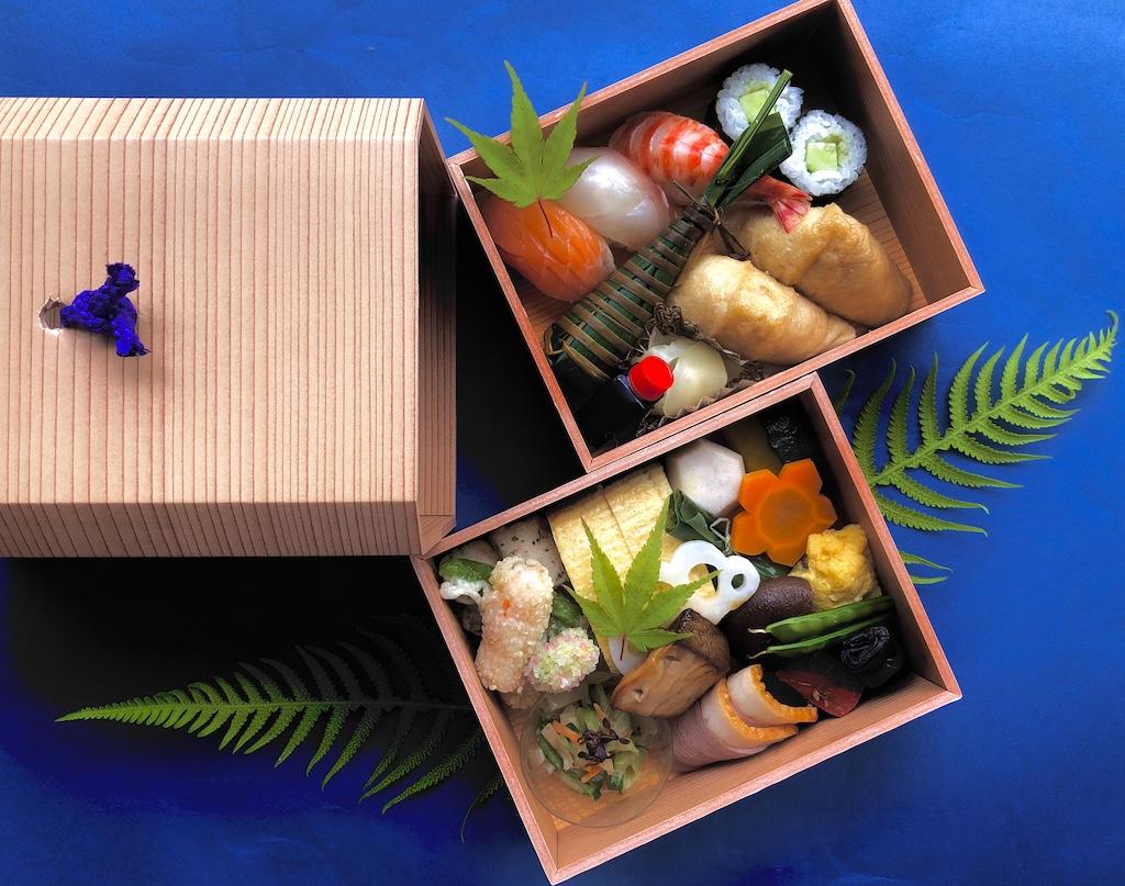 牛肉と新玉葱味噌煮込み、鰆の利休焼き、小袖寿司など春の食材を使用した特別弁当