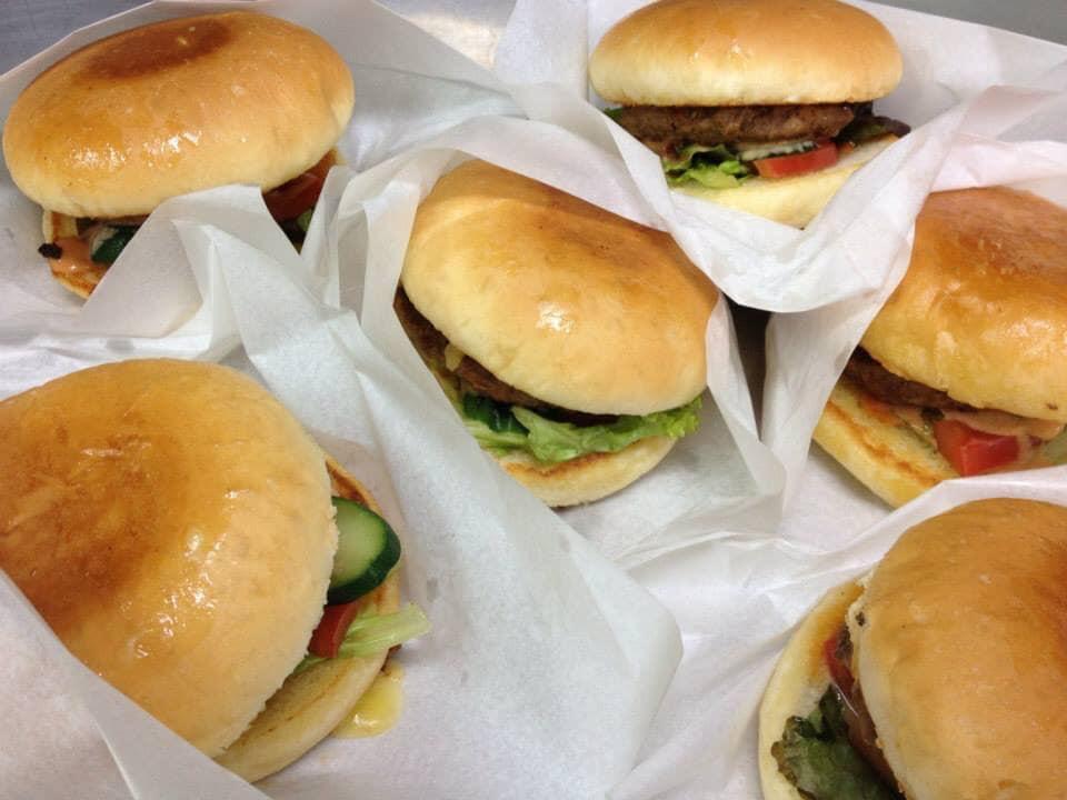 オリジナルのジューシーなハンバーグとフレッシュな野菜をサンドした人気メニュー。気軽にパクッとご注文ください♪