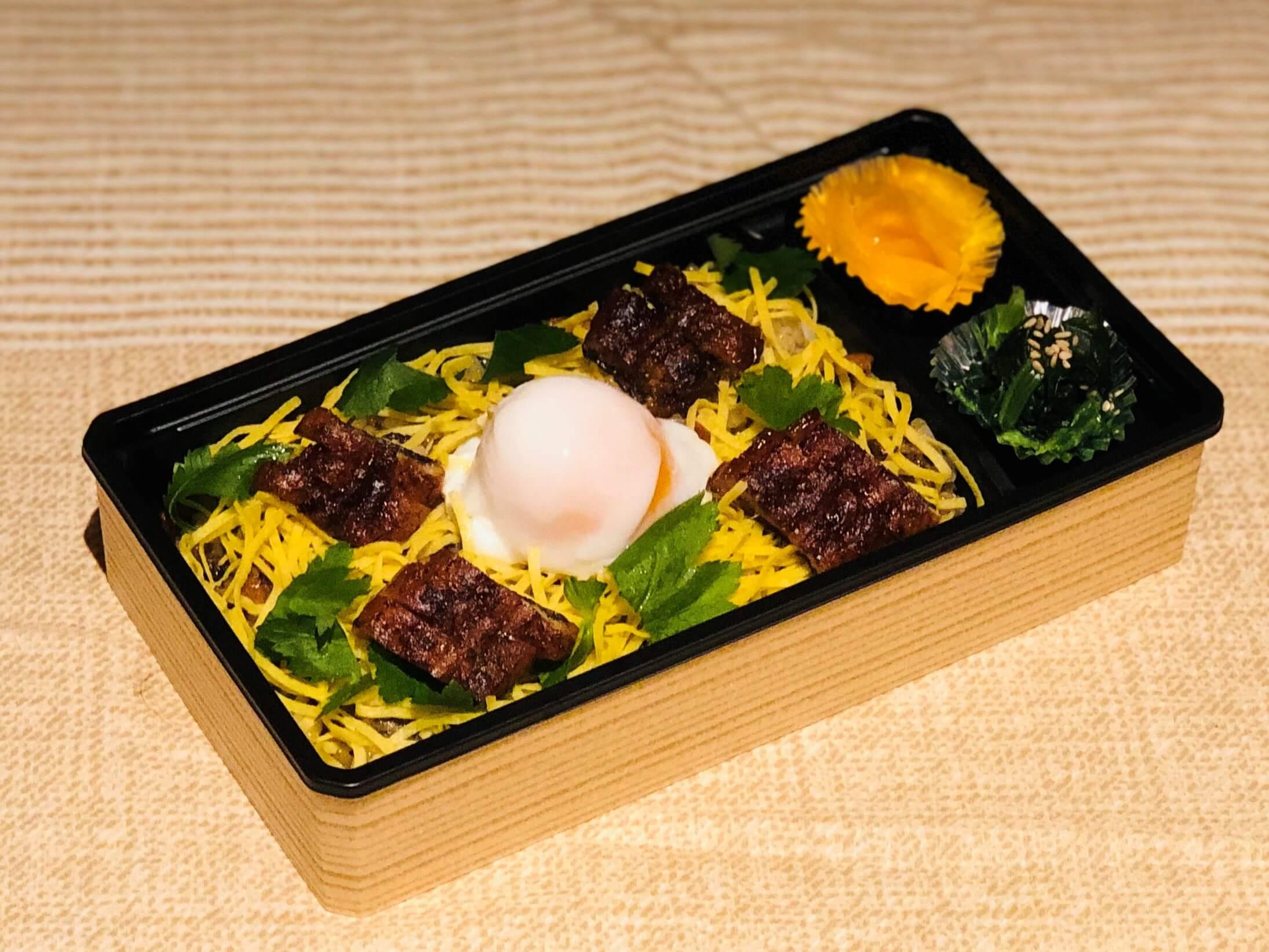 お手軽に食べられる「うなぎ」の混ぜご飯です!温泉卵と一緒に!