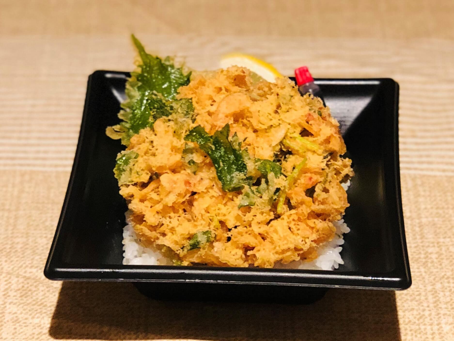 魚魚一の人気料理「桜海老のかき揚げ」を丼にしました。お召し上がり方は、半分は「お塩とレモン」で、残り半分は「丼たれ」で!